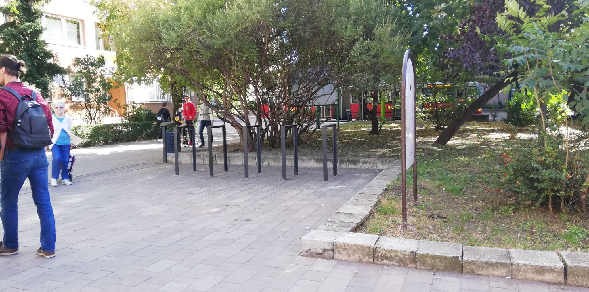 Központi helyen van, közel a panelekhez, ideális helyszín, de a szabadtéri bringatámaszoknak is kell helyet találni